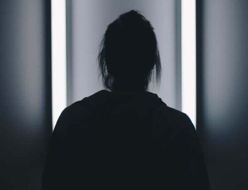 """«ΕΡΑΣΜΟΣ»: Η βίακρύβεται ιδανικά στη σκιά """"υψηλών κοινωνικών αναστημάτων"""""""