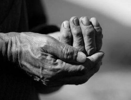 """Μιχάλης Γκανάς""""Τα χέρια"""": Το υπέροχο ποίημα αφιερωμένο στην τρίτη ηλικία που συγκινεί"""